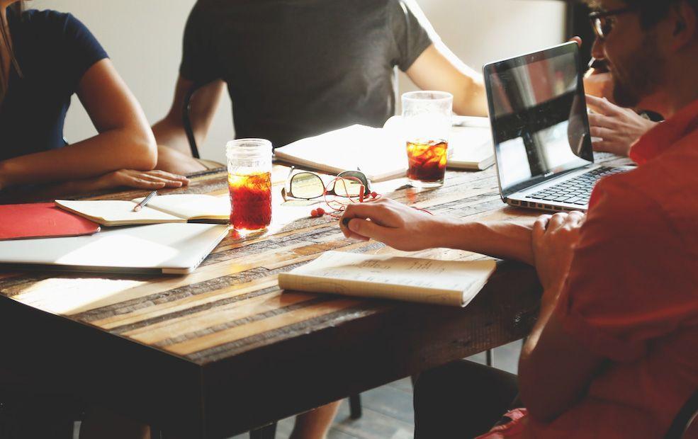 10 Paradojas del mercado de trabajo actual: impacto en resultados y compromiso laboral
